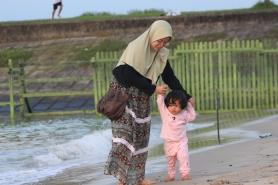 Kinan dan mommy main di pantai